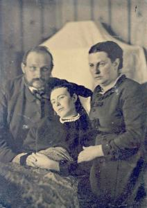 Victorian_era_post-mortem_family_portrait_of_parents_with_their_deceased_daughter